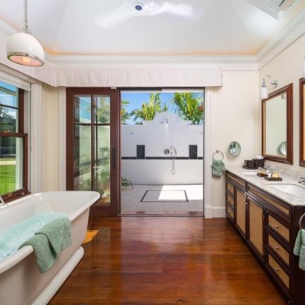 Bathroom-tub-outdoor